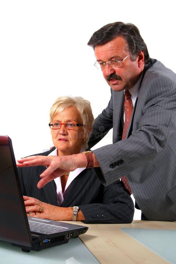 Ältere Geschäftsleute mit Internet-Geschäft stockfotografie