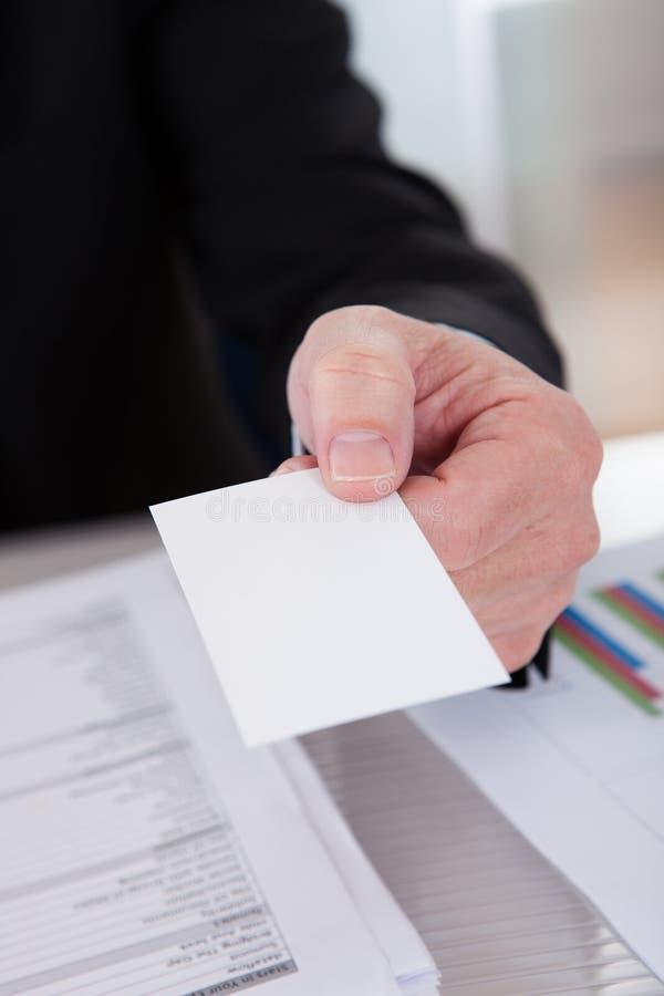 Ältere Geschäftsmann-Angebotvisitenkarte lizenzfreie stockfotografie