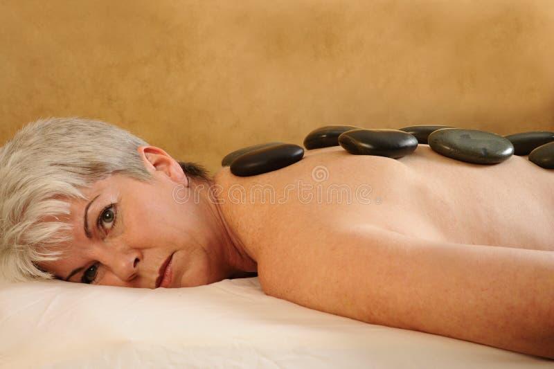 Ältere Gesundheits-und Eignung-heiße Steinmassage stockbilder