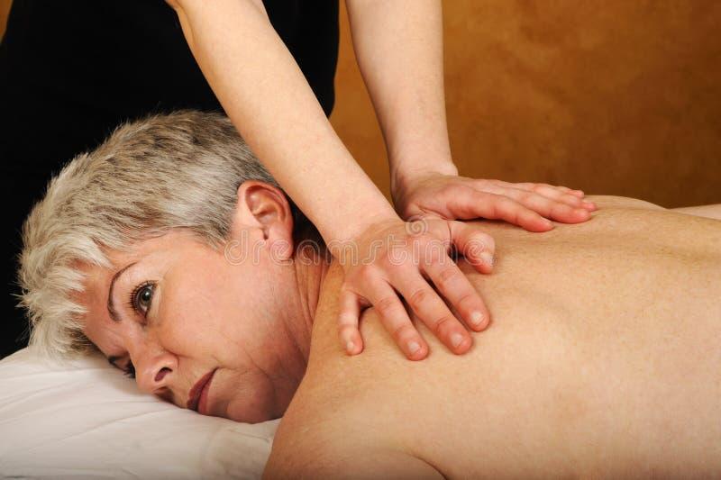 Ältere Gesundheits-und Eignung-volle Karosserien-Massage lizenzfreie stockbilder
