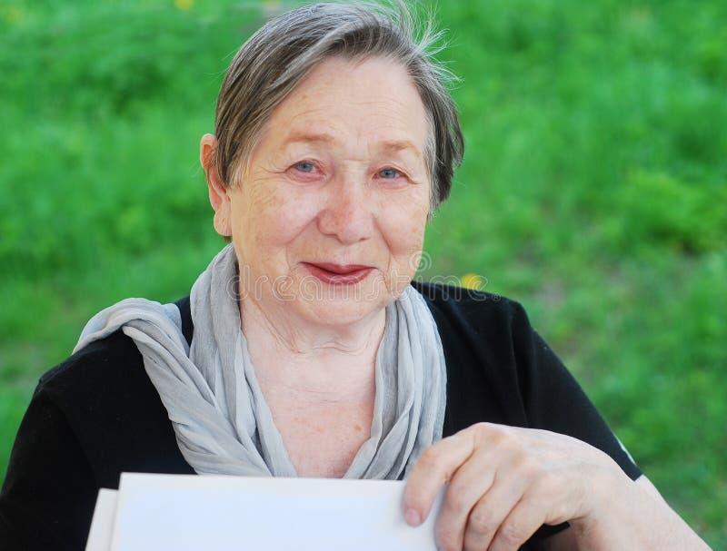 Ältere glückliche Frau lizenzfreie stockfotos
