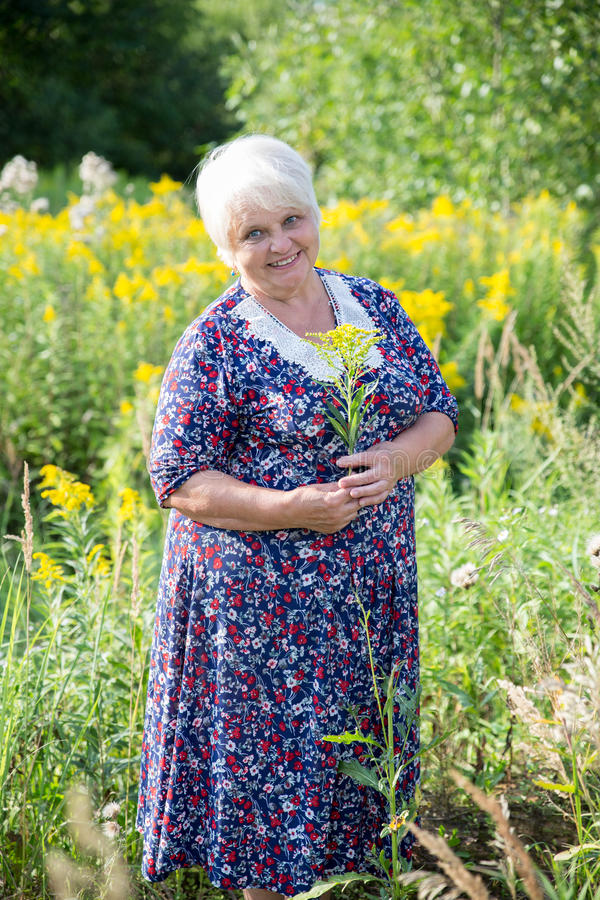 Ältere Großmutter im Freien stockbilder