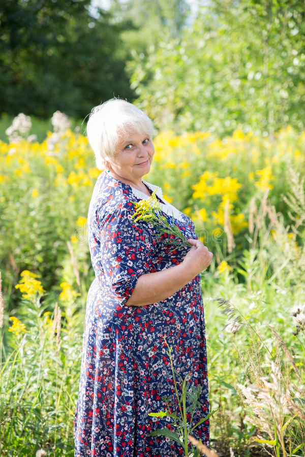 Ältere Großmutter im Freien stockfoto