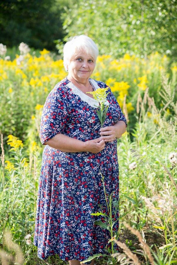 Ältere Großmutter im Freien lizenzfreie stockfotos