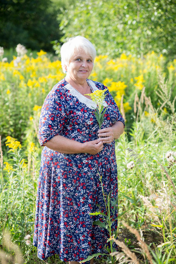 Ältere Großmutter im Freien stockfotografie