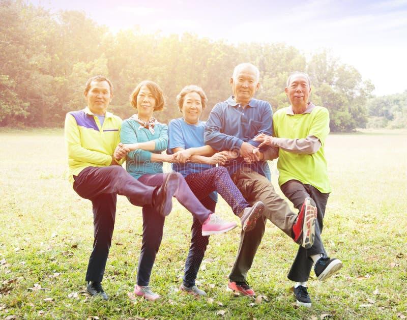 Ältere Gruppen-Freundübung und -tanz stockfotos