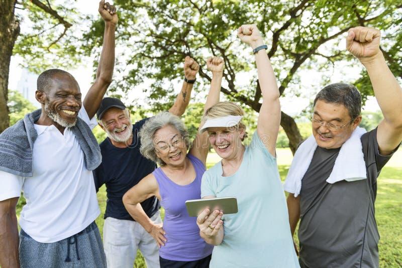 Ältere Gruppen-Freund-Übung entspannen sich Konzept lizenzfreie stockfotografie