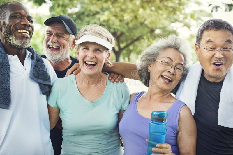Ältere Gruppen-Freund-Übung entspannen sich Konzept stockbild
