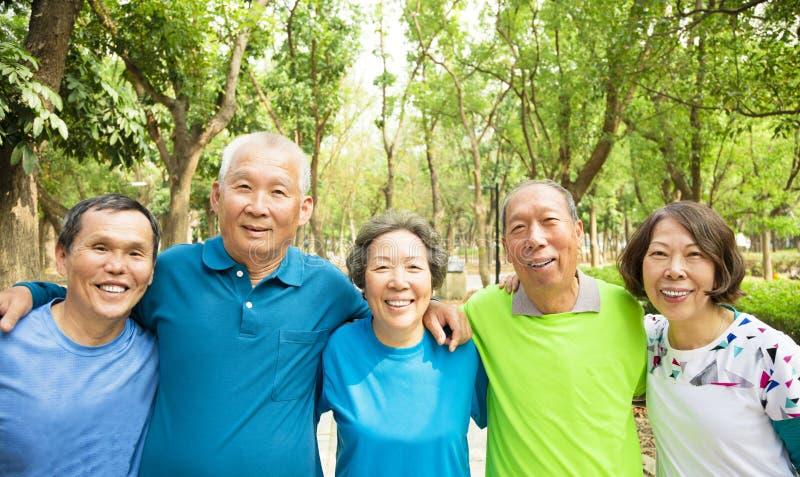 Ältere Gruppen-Freund-Übung und haben Spaß lizenzfreie stockfotografie