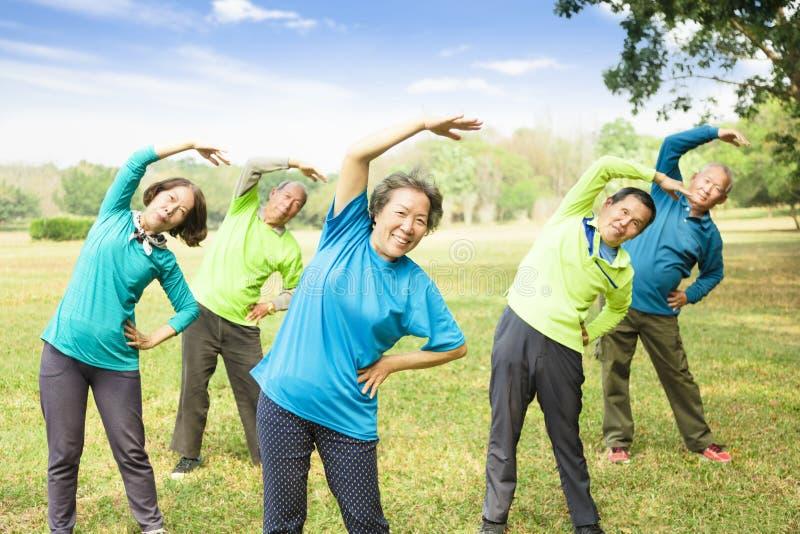 Ältere Gruppen-Freund-Übung und haben Spaß stockbild