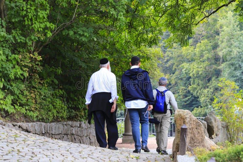 Ältere Hasidic Juden gehen in den Park während des jüdischen neuen Jahres in Uman, Ukraine Religiöser Jude stockfotografie