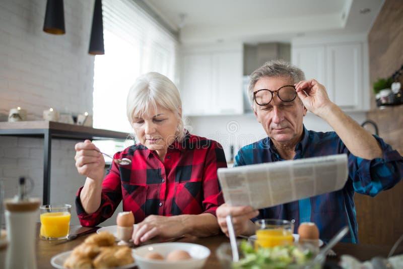 Ältere Heirat, die Morgen zusammen frühstückt stockbild