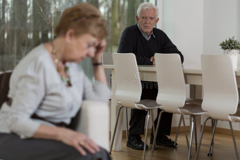 Ältere Heirat, die Probleme im Verhältnis hat stockbild
