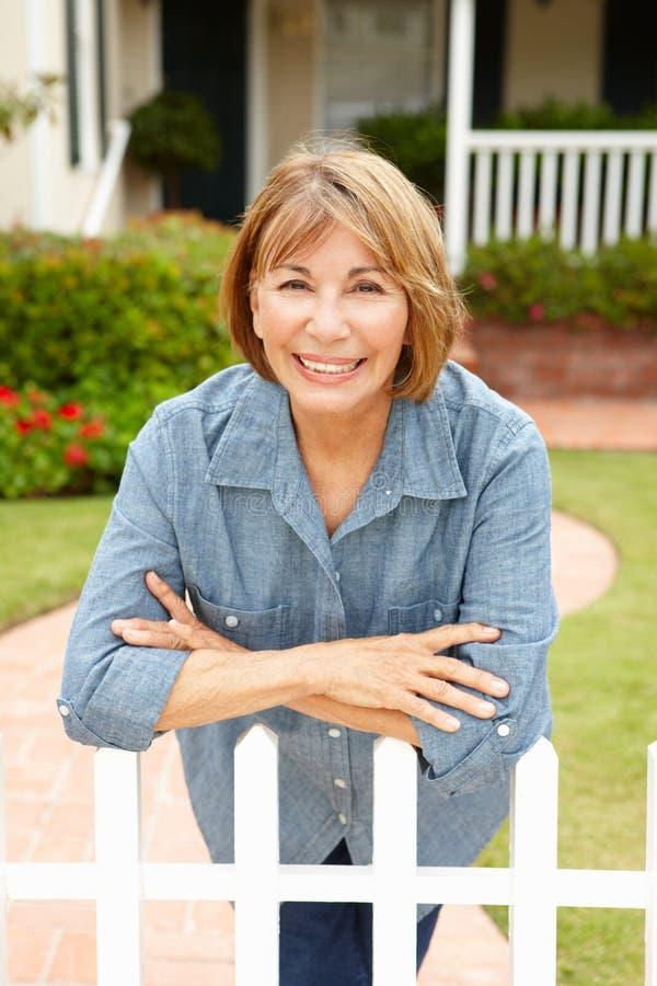 Ältere hispanische Frau außerhalb des Hauses lizenzfreie stockfotos