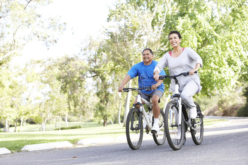Ältere hispanische Paare, die in Park einen Kreislauf durchmachen stockbilder