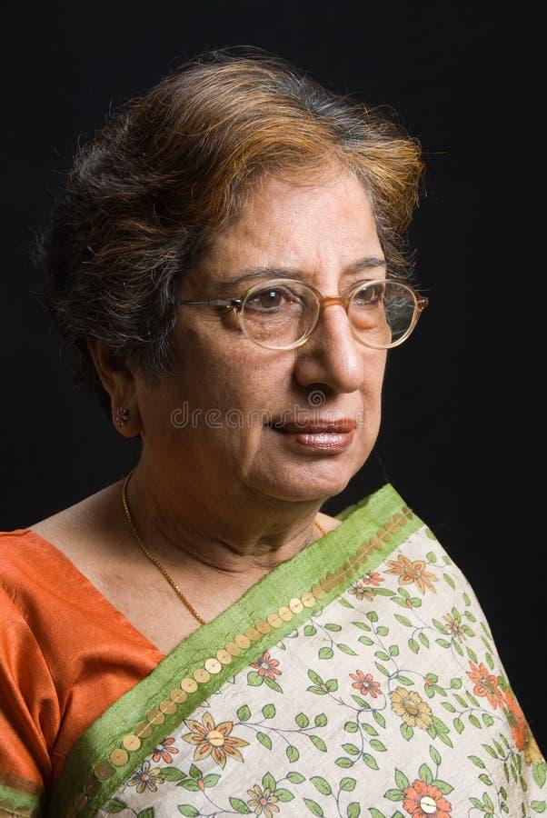 Ältere indische Frau, die eine Sari trägt lizenzfreie stockbilder