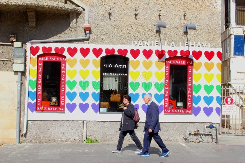 Ältere israelische Paare, die Rothschild-Boulevard, Tel Aviv gehen stockfoto