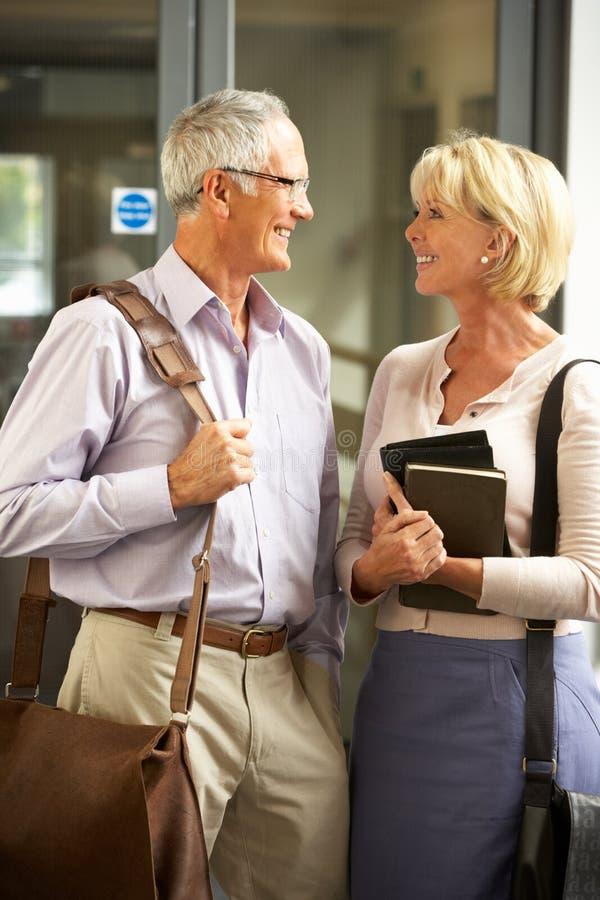 Ältere Kursteilnehmer in der Hochschule lizenzfreies stockbild