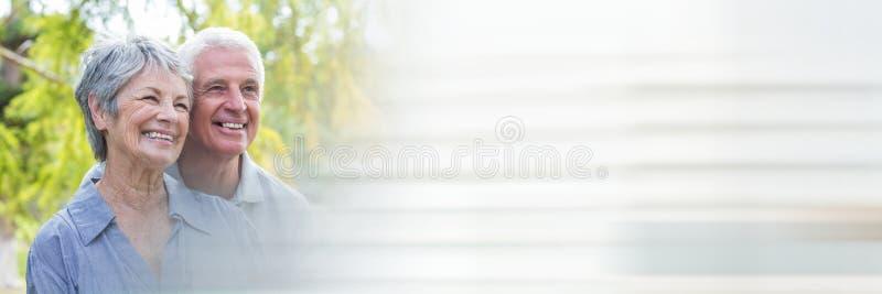 Ältere lächelnde Paare äußerer und undeutlicher weißer Übergang stockfotos
