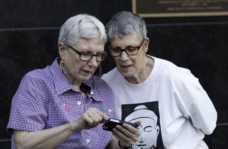 Ältere lesbische Paare stockbilder