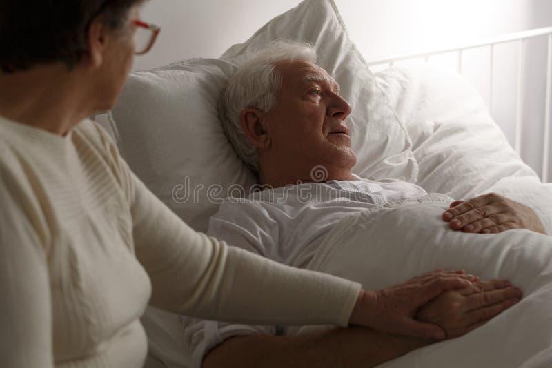Ältere letzte Momente im Krankenhaus lizenzfreies stockbild