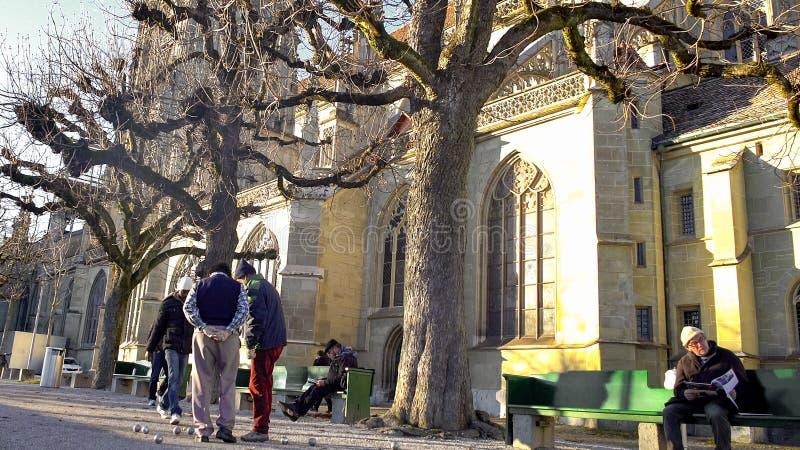 Ältere Leute, die Petanque-Spiel nahe Bern Minster-Kathedrale in der Schweiz spielen lizenzfreie stockbilder