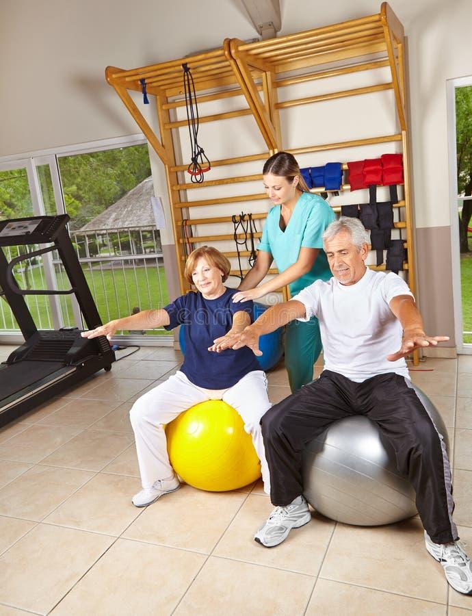 Ältere Leute, die Rehabilitation tun stockfoto