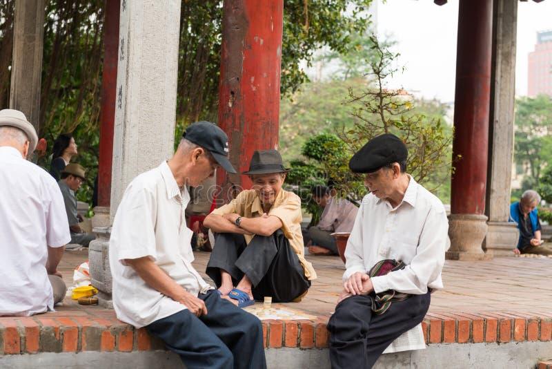 Ältere Leute, die Straßenschach spielen stockfotos