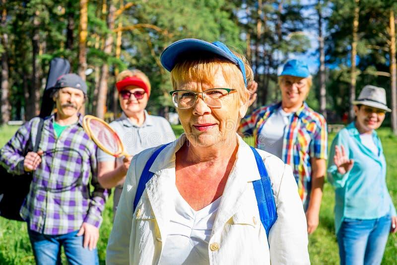 Ältere Leute in einem Park stockbild