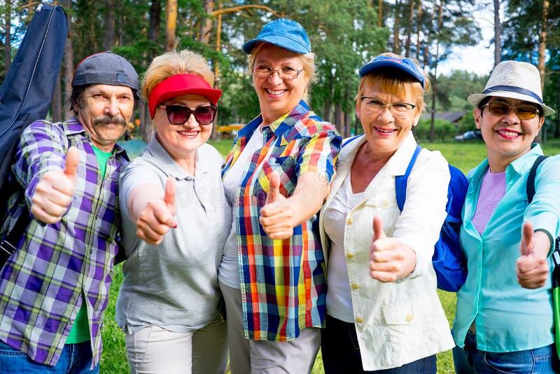 Ältere Leute in einem Park lizenzfreie stockbilder