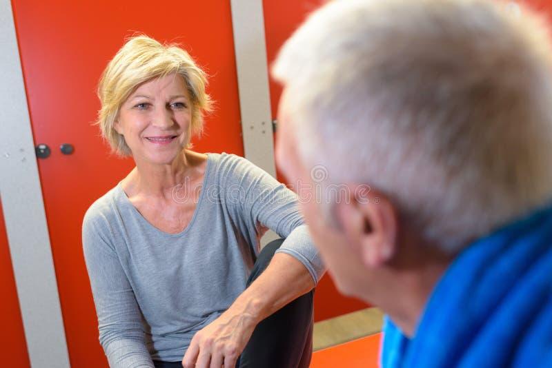 Ältere Leute im Fitness-Club-Umkleideraum lizenzfreie stockfotos
