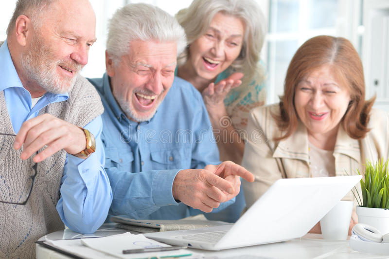 Ältere Leute mit einem Laptop stockfoto