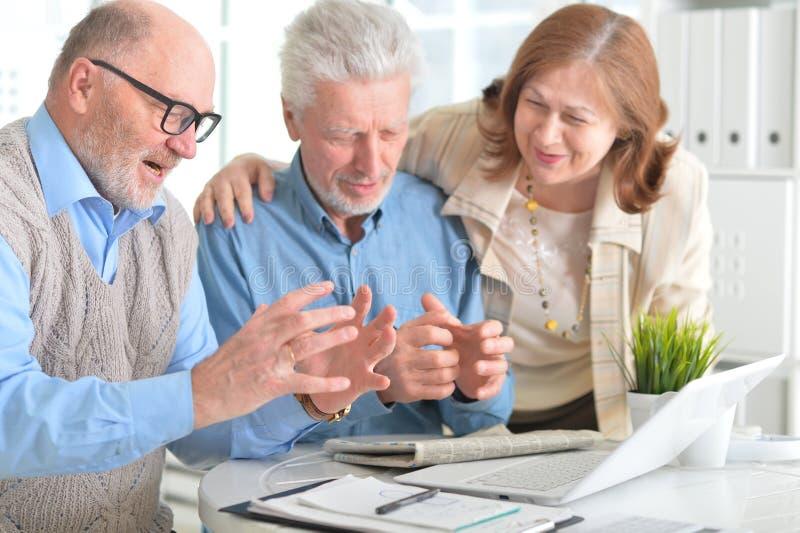 Ältere Leute mit einem Laptop stockbild
