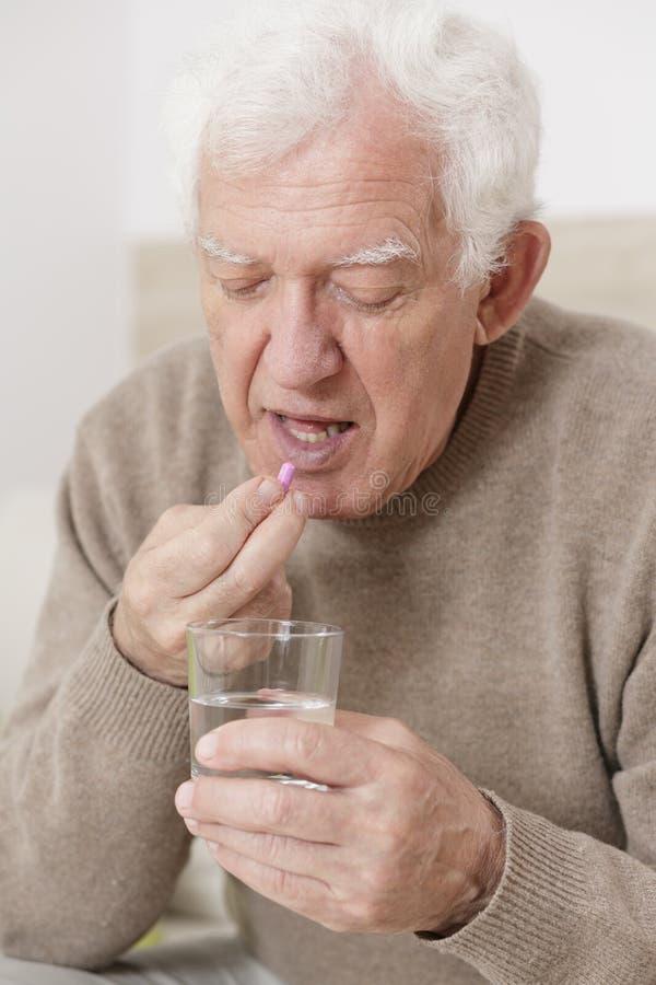 Ältere männliche nehmende Pille stockbilder