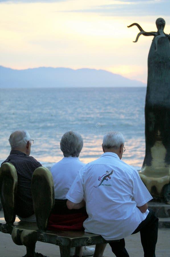 3 ältere Menschen an gesetzt und allgemeine Kunst in Puerto Vallarta, Mexiko gegenüberstellend stockfoto