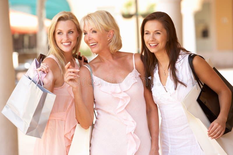Ältere Mutter und Töchter, die das Einkaufen genießen stockbild