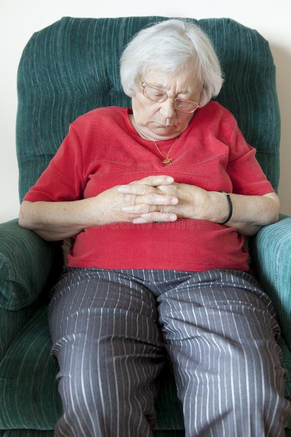 Ältere Nickerchen machende Frau lizenzfreie stockfotos