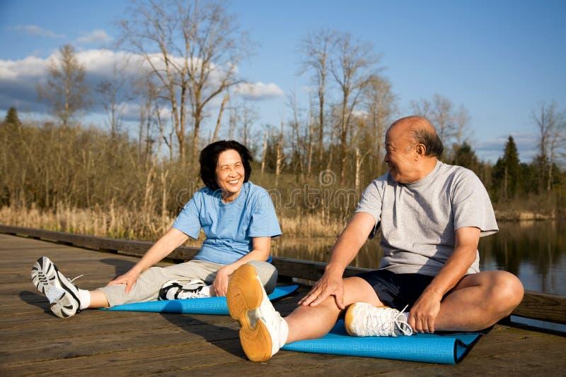Ältere Paarübung lizenzfreies stockbild