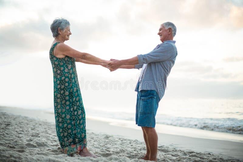 Ältere Paar-Holding-Hände stockfoto