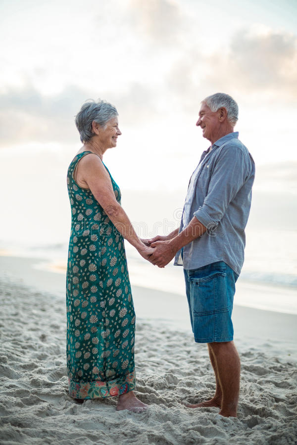 Ältere Paar-Holding-Hände lizenzfreie stockfotos