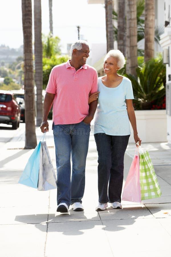 Ältere Paar-tragende Einkaufstaschen stockbild