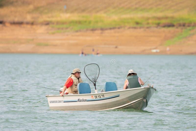 Ältere Paare auf dem Seefischen lizenzfreie stockfotos