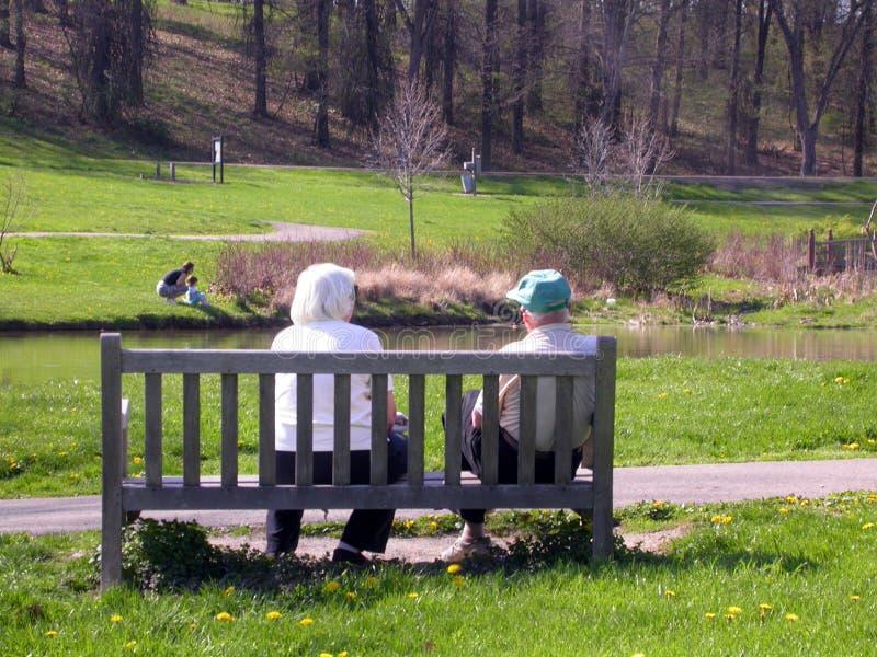 Ältere Paare auf einer Bank lizenzfreies stockbild
