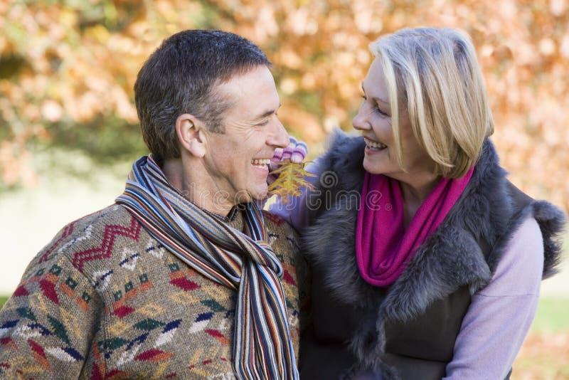 Ältere Paare auf Herbstweg lizenzfreie stockfotos