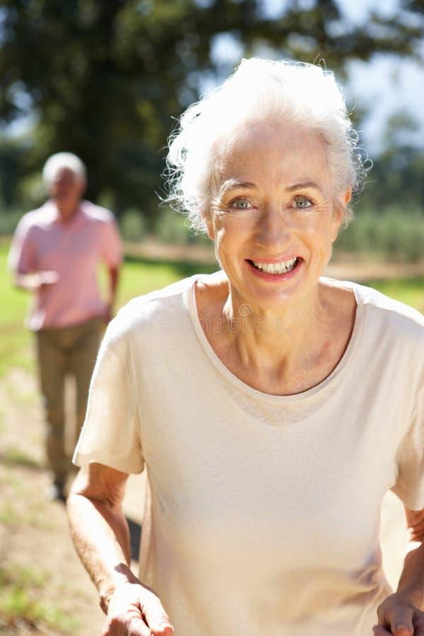 Ältere Paare auf Landlack-läufer stockfoto