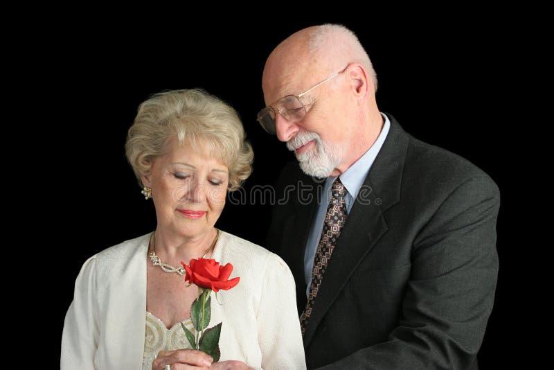 Ältere Paare Auf Schwarzem - Romantische Geste Stockfoto