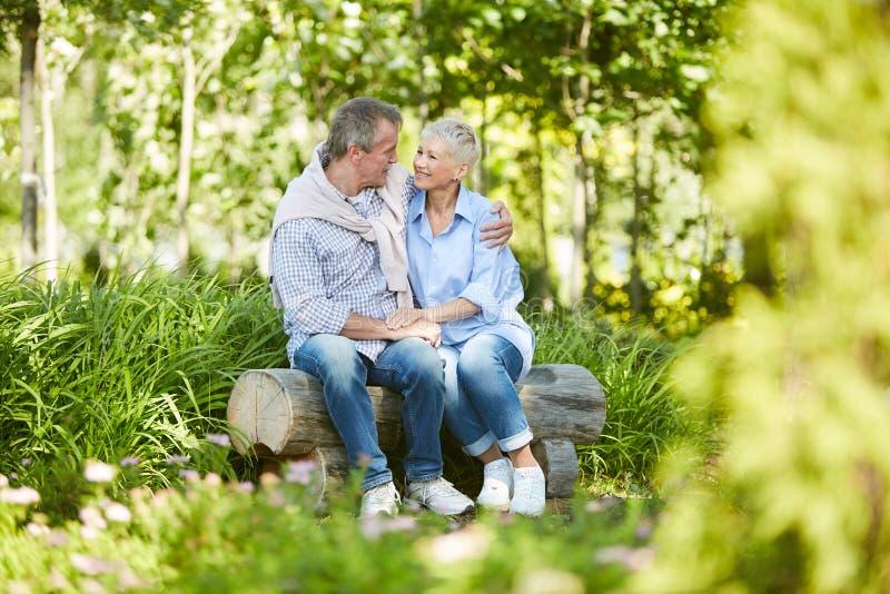 Ältere Paare am Datum im Park lizenzfreie stockbilder