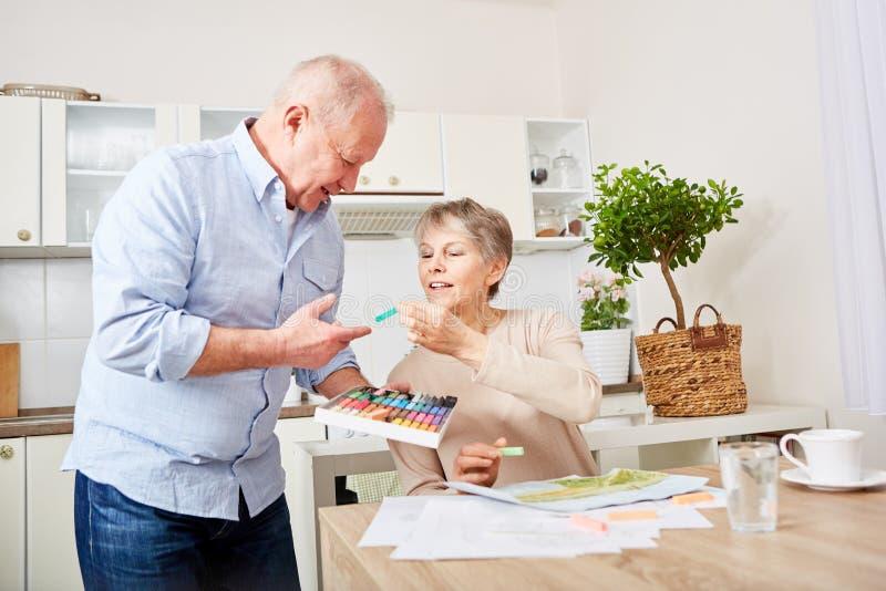 Ältere Paare in der kreativen Therapie lizenzfreie stockbilder