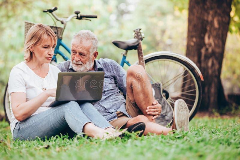 Ältere Paare in der Liebe stockfotografie