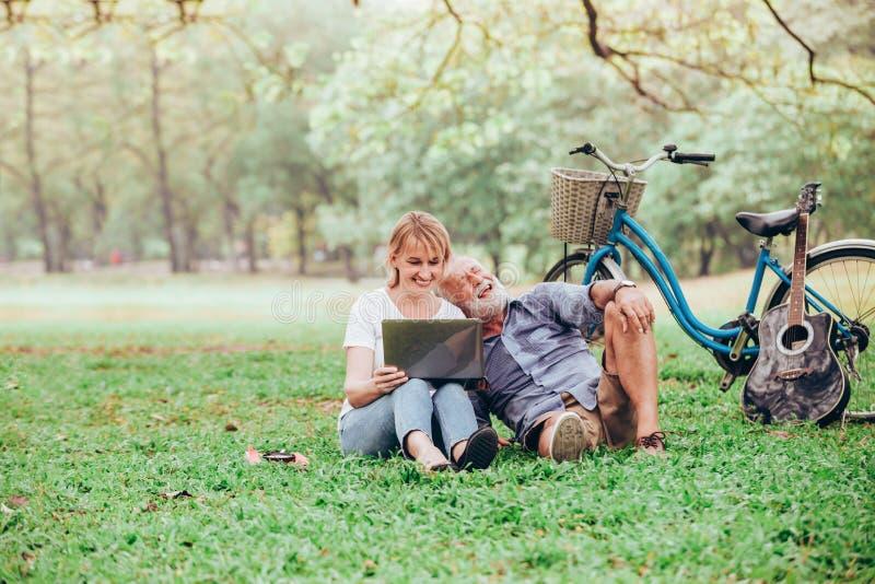 Ältere Paare in der Liebe lizenzfreie stockbilder
